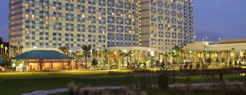 View of the Hilton Orlando Bonnet Creek Hotel from the front in the evening 960